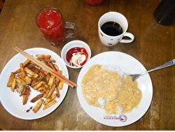 ポテトフライの朝食の画像
